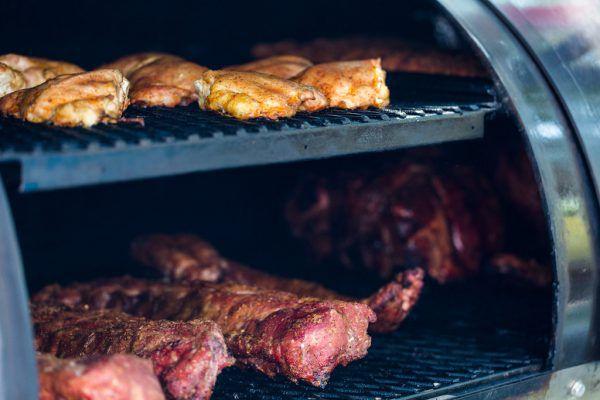 Zartes und saftiges Fleisch aus dem Smoker. Shutterstock