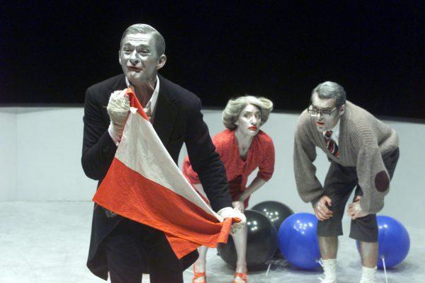 """""""Bei den Fischers"""" (2000). Kleines Bild unten: das preisgekrönte Stück """"Kein Stück über Syrien"""" (2015)."""