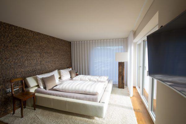 Auch vom Schlafzimmer aus geht es auf die Terrasse. Im Sommer wird diese eifrig genutzt.