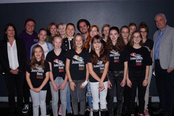 Magdalena Holzer und Thomas Müller, Fachbereichsleiter Jugend und Familie beim Land Vorarlberg, mit den Finalisten.ritter (5)
