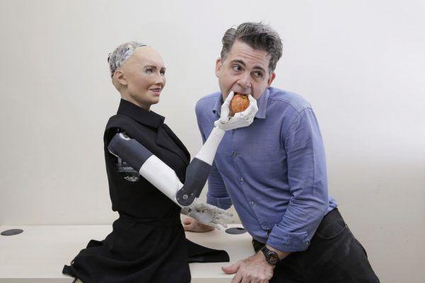 "David Hanson mit seinem Roboter ""Sophia"".AP (3)"