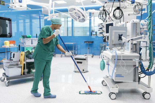 Für die Reinigung von Operationssälen wird das Personal speziell geschult.Lisa Mathis