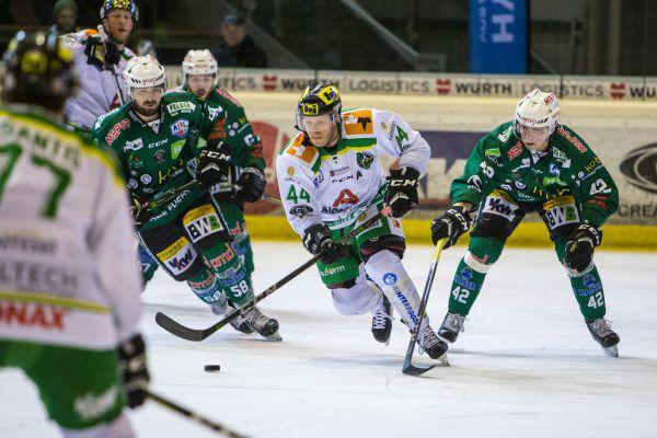 Jeff Ulmer (Mitte) gelang zwar der zwischenzeitlich Ausgleich, doch Antti Kauppila (r.) legte seinen Teamkollegen zwei Treffer auf. Frederick Sams