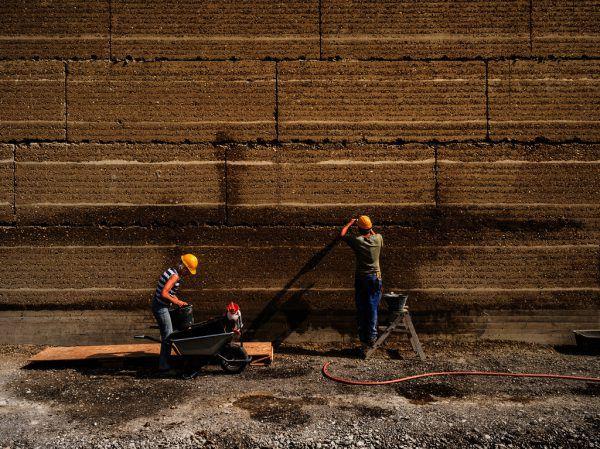 Links: Der prämierte Bau des Ricola Kräuterzentrums in Laufen. Kleine Bilder: Martin Rauch in seiner Firma in Schlins (oben) und im vai.Ricola AG (1) / Wolfgang Ölz (1) / Darko Todorovic (1)