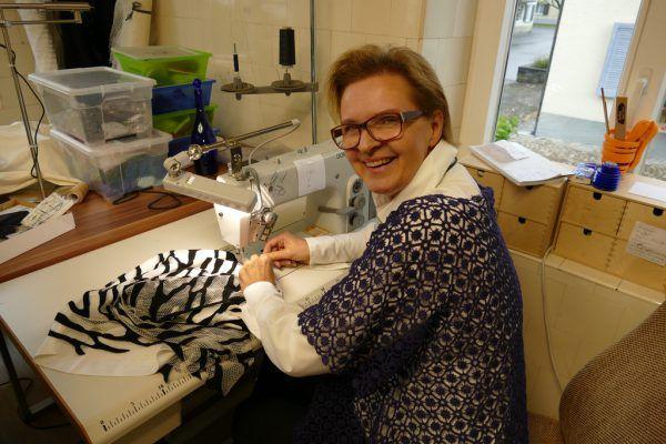 Margit Enzenhofer liebt ihren Arbeitsplatz – die Nähmaschine.Miriam Jaeneke (3)
