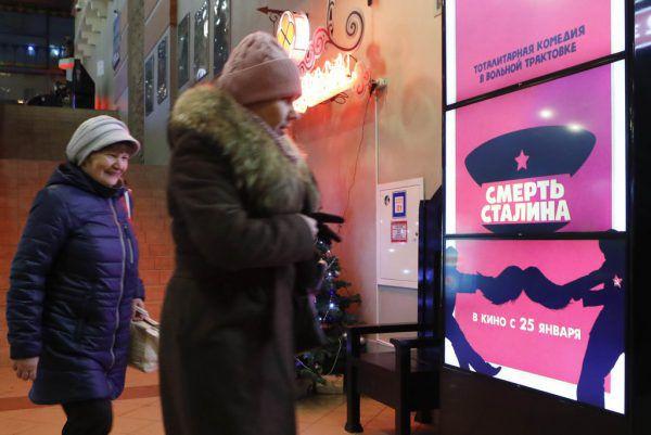 Passanten vor einem Filmplakat in Moskau. Reuters
