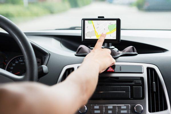 Das Hantieren mit elektronischen Geräten während der Fahrt ist eine gefährliche Ablenkung.Symbolbild/Shutterstock