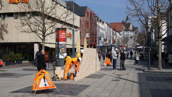 "Die ""Wandernde Mauer"" wandert morgen in Feldkirch. Glaser/Kunz"