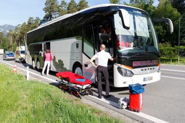 Die Windschutzscheibe des Busses wurde zerstört. © Hofmeister