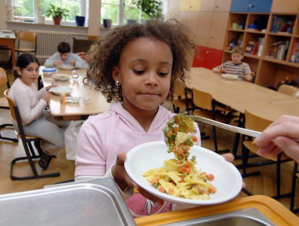 Essen in Kindergärten und Schulen ist Thema der Studie. DPA
