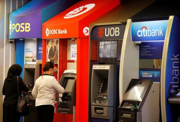 Mittlerweile gibt es fast an jeder Straßenecke einen Geldautomaten. Aber ihre Zahl ist wieder rückläufig.Reuters/Symbolbild