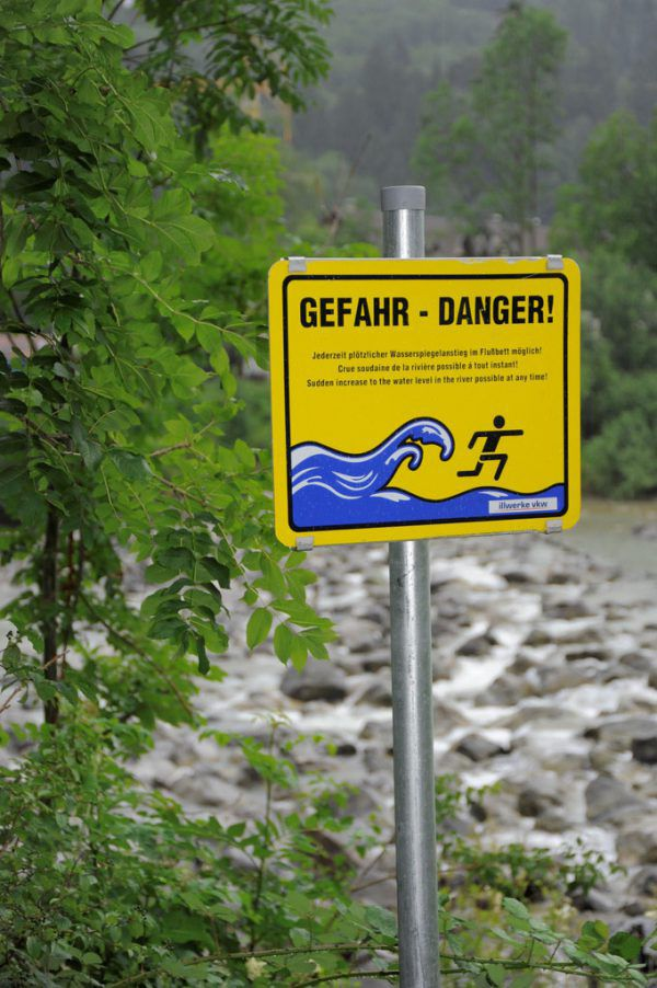 Schilder weisen auf Gefahr hin. illwerke