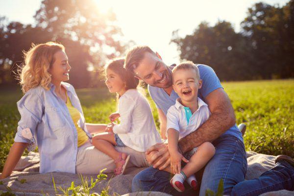 In den kommenden Wochen und Monaten haben Familien mit dem Familienpass zahlreiche Gelegenheiten, vergünstigte Freizeitangebote zu nutzen. Dazu gehören Aktivitäten in der Natur oder eine Fahrt mit dem Wälderbähnle.Shutterstock/NEUE-Archiv