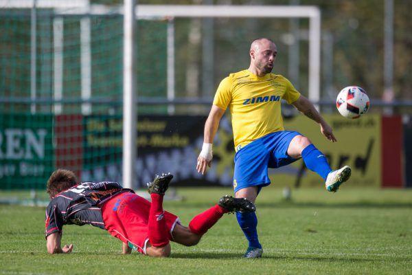 In der Hinrunde zwang der FC Wolfurt (in Gelb) den FC Schwarzach mit 4:2 in die Knie.Frederick sams