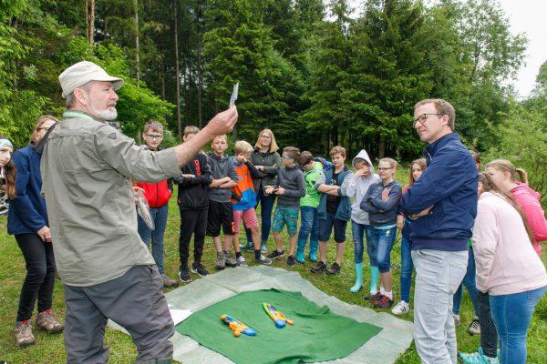 Landesrat Christian Gantner begleitete die Schüler der Neuen Mittelschule Klostertal ein Stück weit auf ihrer Exkursion in Innerbraz.VLK