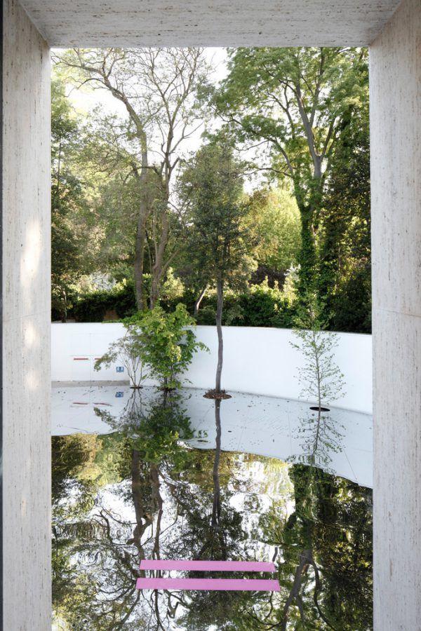 """Links: Die Installation """"Sphäre 1:50.000"""" (LAAC). Oben: Gruppenfoto in Venedig, und eine Ausstellungsansicht von """"Layers of Atmosphere"""" (Henke Schreieck).Martin Mischkulnig (3)/darko Todorovic (1)/Sagmeister & Walsh (1)"""