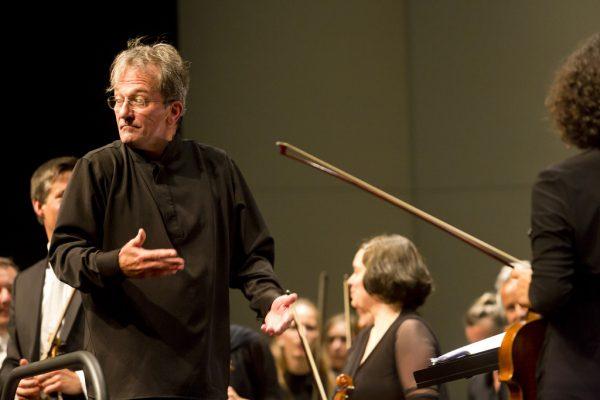 Links: Violinist Benjamin Schmid war der Solist des Konzerts. Oben: Manfred Schnetzer nimmt Abschied von Korsten. Dietmar Mathis (3)