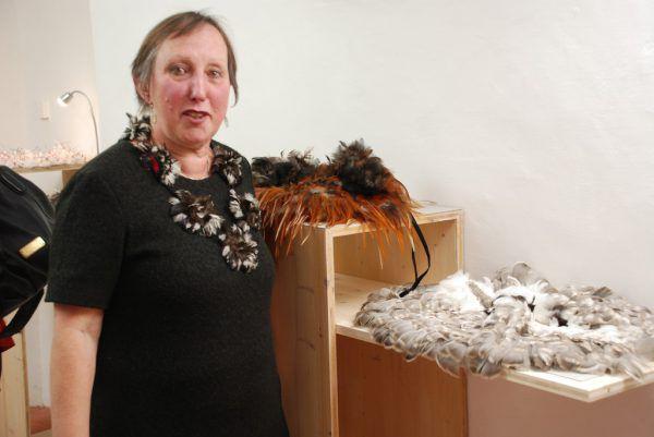 Michael Gunz zeigt bei der Emsiana eine Fotoserie. Rechts: Maria Baumschlager-Dünser präsentiert Arbeiten aus Vogelfedern.Wolfgang Ölz (2)