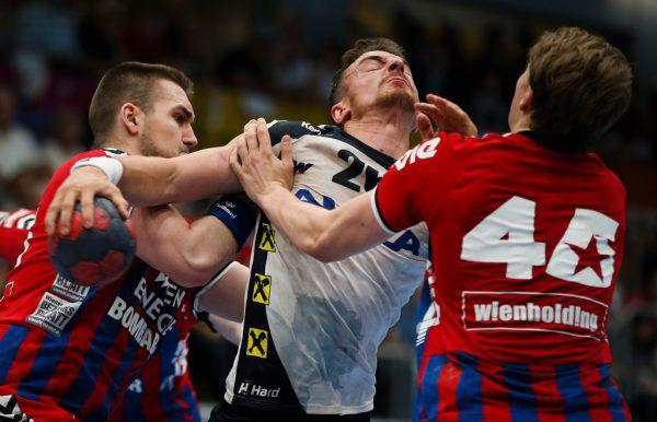 Nikola Aljetic (l.) und Lukas Hutecek (r.) stoppten die Harder Offensive mit Lukas Herburger (Mitte) energisch.Gepa
