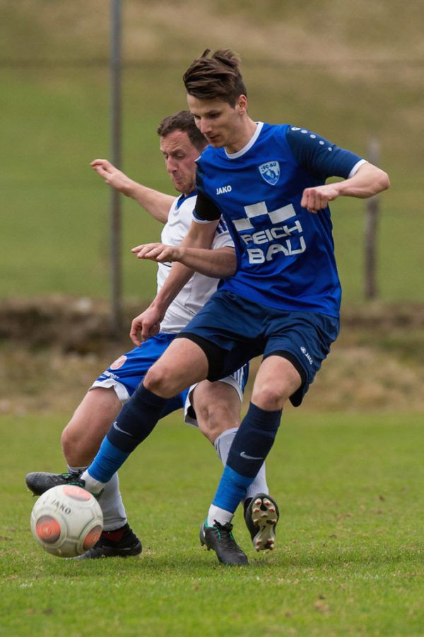Oben im blauen Dress: Ingo Gasser vom FC Au. Links jubelt der FC Langenegg. Stiplovsek (2)