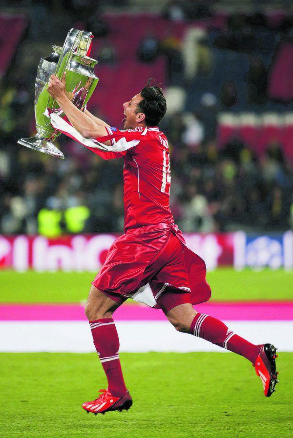 Oben schlägt der Ball nach einem Kopfball von Pizarro im Tor ein. Links bejubelt der Peruaner für Werder ein Tor, daneben feiert er den Champions-League-Sieg mit Bayern. Unten: Pizarro im Nationalteam. DPA (1), Reuers (3)