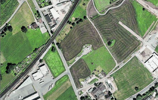 Rechts oben ist das Grundstück auf diesem nicht mehr ganz aktuellen Luftbild von Dornbirn-Wallenmahd, auf dem Schluge bauen möchte.Vogis