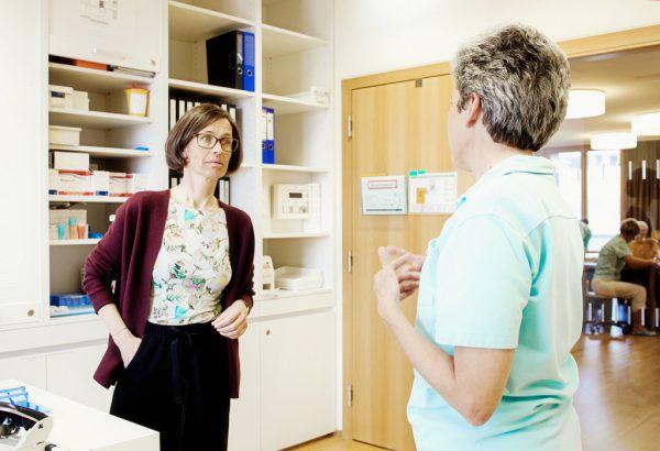 Ruth Weiskopf im Gespräch mit einer Mitarbeiterin.Markus Gmeiner (3)