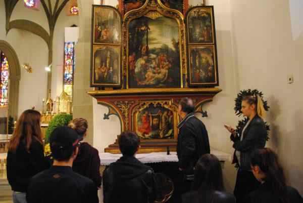 Schüler vor dem Wolf Huber Altar. Sabine benzer