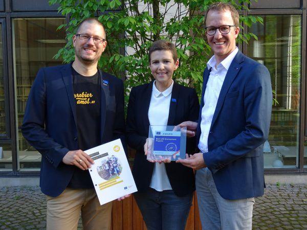 Stolz auf die Auszeichnung: der zuständige Landesrat Christian Gantner und die Verantwortlichen des Energieinstituts Vorarlberg.vlk/Jenny