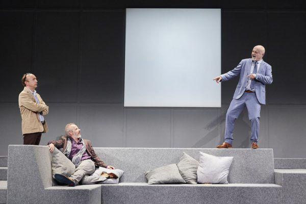 """Sven Walser, Marcus Calvin und Marcus Thill (v.l.) als überzeugendes Männer-Trio in Yasmina Rezas """"Kunst"""" am Landestheater – dazwischen das Bild.Anja Köhler"""
