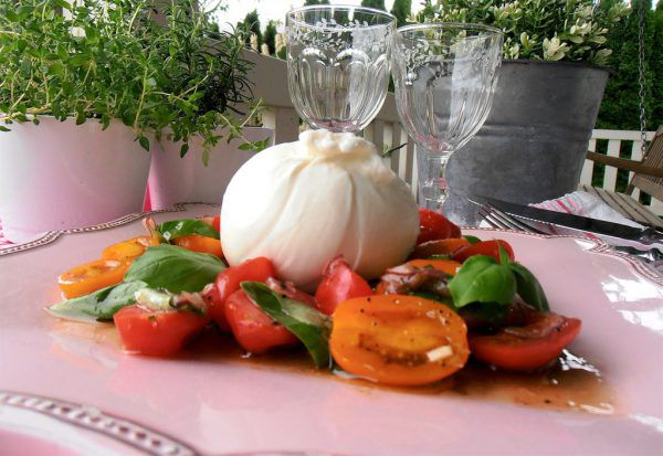 Tomatensalat mit Burrata: da kommt Urlaubsstimmung auf. Ulrike Hagen