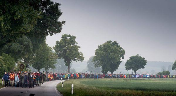 Trotz schlechtem Wetter gingen am Donnerstag 4000 Teilnehmer auf Pilgerreise nach Altötting, weitere stießen hinzu.APA/AFP/dpa