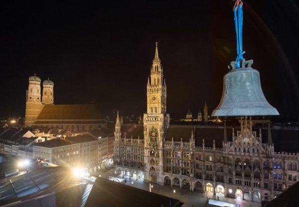Vergangenen April wurde die Glocke aus dem Kirchturm gehoben. Im Hintergrund: die Frauenkirche (l.) und das Rathaus. APA/DPA