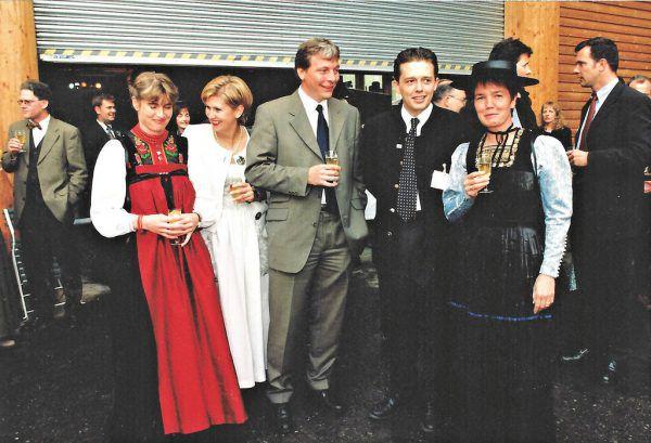 Vor 20 Jahren bei der Eröffnung: Wälderinnen sowie Hans-Peter Metzler (r.), damals Gründungsobmann der KäseStraße Bregenzerwald (heute Präsident der Wirtschaftskammer) und Walter Lingg (l.), Hotelier und damals Präsident von Vorarlberg Tourismus. Privat