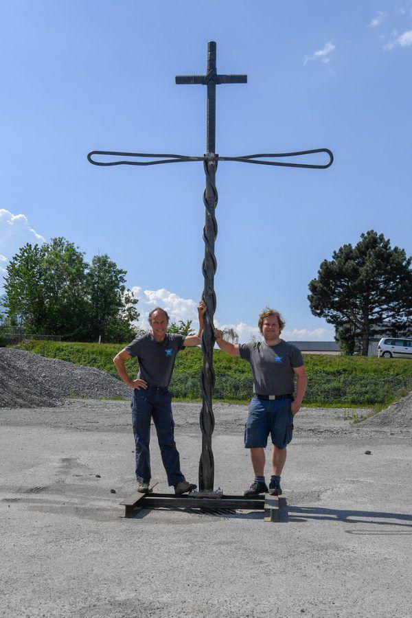 Wolfgang Bartl (l.) und sein Sohn Alexander haben das Kreuz dem Original von Carl Lampert im Maßstab 1:20 nachgebaut.Oliver lerch, Katholische Kirche Vorarlberg/Simone Rinner(3)