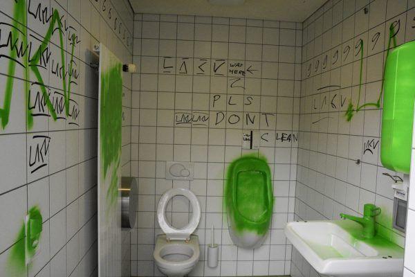 Zwei Mal wurde die Toilette verunstaltet.landespolizei (2)