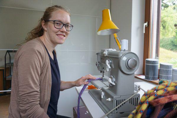 Schon während ihrer Schulzeit experimentierte Sabrina Auer mit Nadel und Faden. An der Nähmaschine ist sie voll in ihrem Element.Julia Putzger (5)