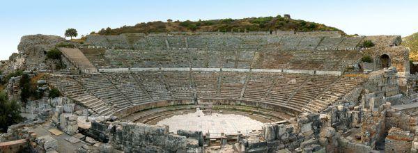 Das Österreichische Archäologische Institut (ÖAI) hat einen wesentlichen Beitrag zur Restaurierung des antiken Amphitheaters in Ephesos geleistet. Im September 2012 wurde es erstmals wieder bespielt. APA
