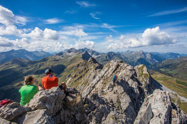 Bergsteiger auf dem 2416 Meter hohen Karhorn in Warth, oben Bergretter Klaus Drexel.Philipp Steurer, Bergrettung