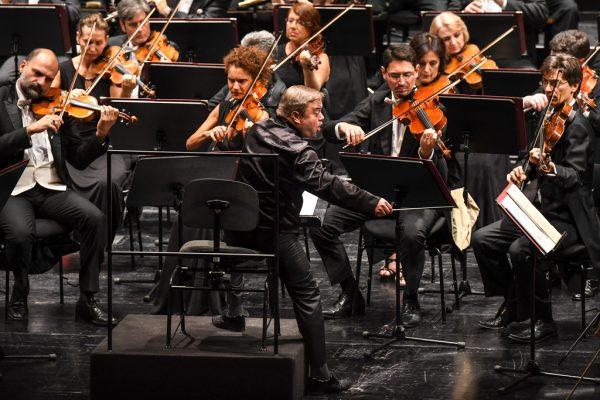 Cellistin Camille Thomas bei den Bregenzer Meisterkonzerten. Bild oben: Der finnische Dirigent Mikko Franck dirigierte teilweise im Sitzen.Udo Mittelberger (2)