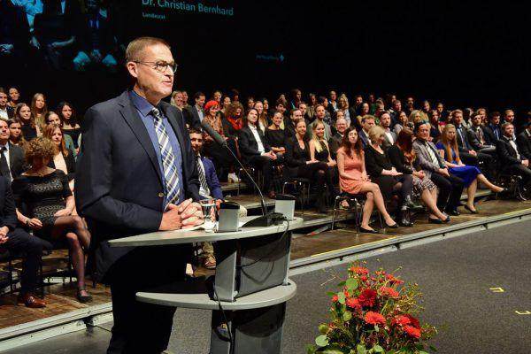 Landesrat Christian Bernhard gratulierte den Absolventen.
