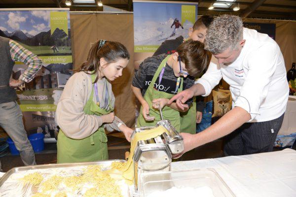 Auch in den Gastrobereich können die interessierten Jugendlichen in Nenzing hineinschnuppern.lehre im walgau/Sillaber