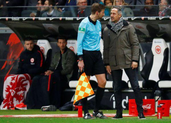 Auch der Schiedsrichter-Assistent konnte Adi Hütter (r.) nicht helfen.Reuters