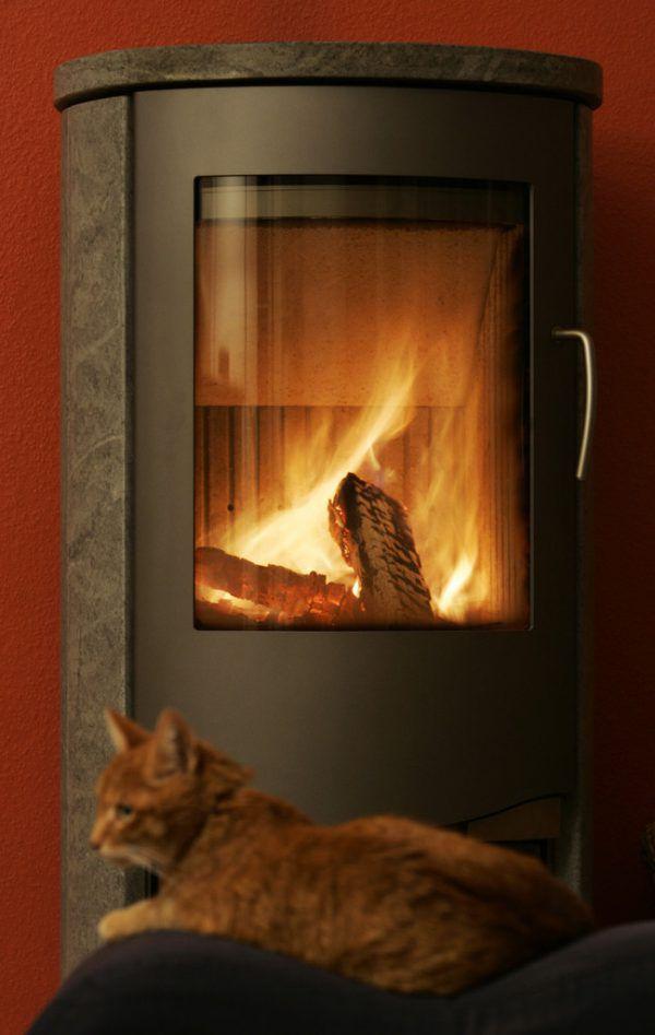 Behaglich und klimaneutral sei das Heizen im Ofen.AP