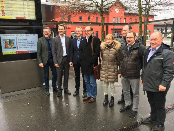 Christian Hillbrand (VVV, 2.v.l.) und Johannes Rauch (4.v.l.) mit den Verantwortlichen von ÖBB und den Regionen.Neue-Archv/mathis, Mprove