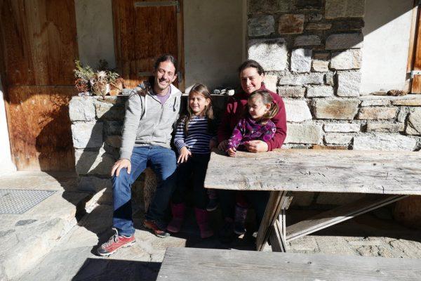 Christian Kartnig mit Julia, seiner Frau Veronika und auf deren Schoß die dreijährige Lisa vor der Alphütte (v. l.). Miriam Jaeneke