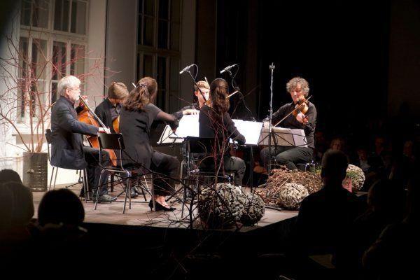 Der künstlerische Leiter Klaus Christa (l.) und das Sextett beim Konzert.Musik in der Pforte