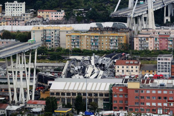 Die Morandi-Brücke mitten in Genau gab plötzlich nach und stürzte ein.AP Photo