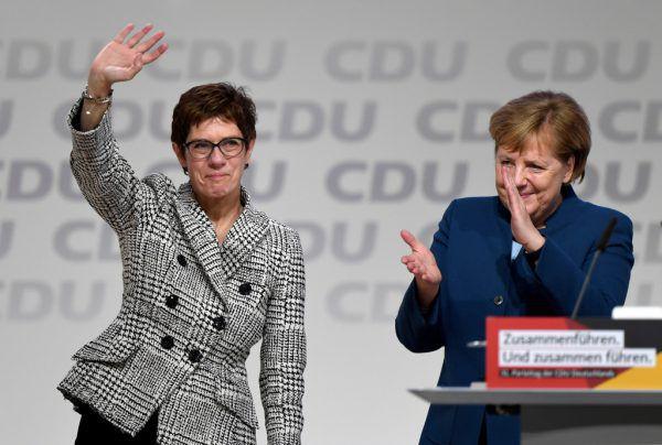 Die neue Chefin Annegret Kramp-Karrenbauer und ihre Förderin Angela Merkel.Reuters (3)