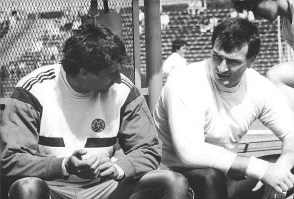 Doktor Christian Schenk (ganz links) war für den Leichtathlet Christian Schenk (Mitte) eine große Hilfe. Schenk hat in seiner Zeit als DDR-Sportler wissentlich gedopt.Gepa (2), Bundesarchiv